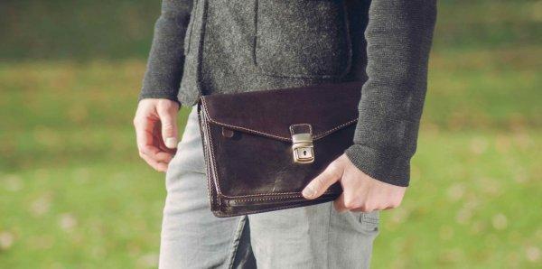 Ini Dia Cara Merawat Tas Clutch Pria agar Awet dan Tas Kelihatan Makin Oke