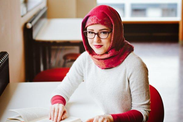 Mau Tampil Kasual saat Cuaca Dingin dengan Hijab? Lengkapi dengan  10 Rekomendasi Sweater untuk Hijaber