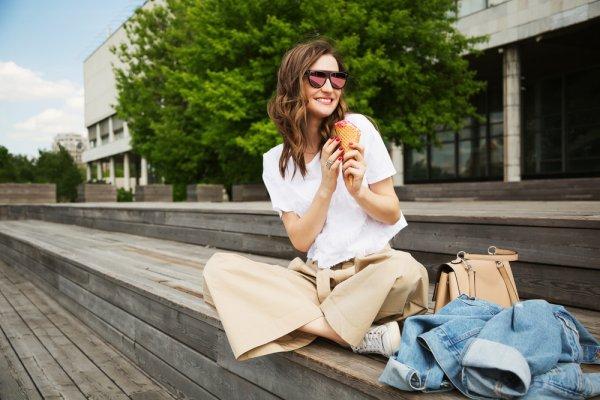 Selain celana hitam, celana berwarna netral lainnya seperti warna cream juga cocok digunakan untuk tampilan formal atau kasual. Perhatikan padu padan celana ini dan ketahui tips bergaya kasual dengan jenis celana yang satu ini!