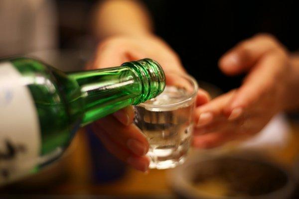Pernah Coba Minuman Korea Soju? Begini Lho 11 Cara Orang Korea Menikmati Minuman Soju (2020)