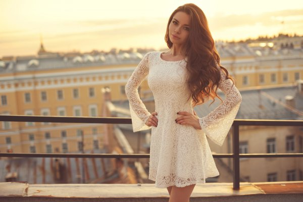 Cantik dan Menawan dengan 7 Gaun Brokat yang Fashionable dan Jenis-jenis Kain Brokat yang Harus Kamu Ketahui