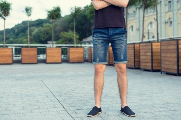 10 Rekomendasi Celana Pendek Jeans Pria yang Trendi dan Keren untuk Tampil Santai (2020)