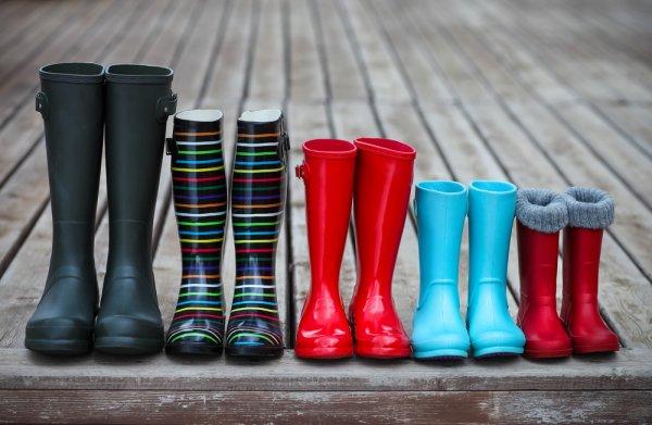 9 Rekomendasi Sepatu Karet Ini Bisa Bikin Penampilan Tetap Keren di Musim Hujan