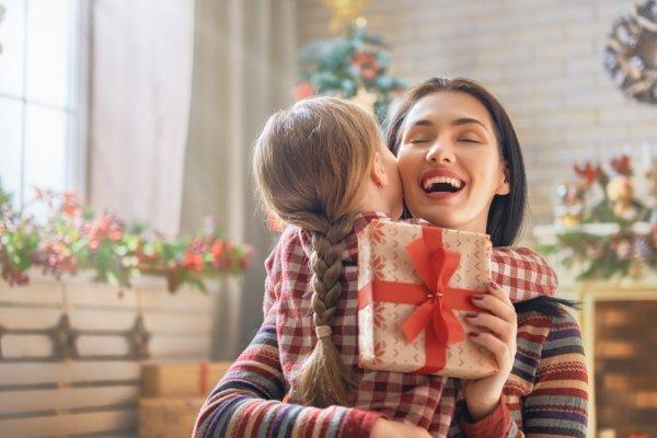 Rayakan Natal dengan Memberi Tanda Kasih kepada Ibu lewat 10 Rekomendasi Hadiah Terbaik Berikut
