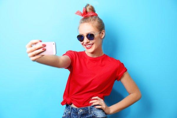 Berani Tampil Beda? Contek 10 Rekomendasi Gaya Baju Polos Merah Berikut Untuk Lengkapi Outfit Harianmu!