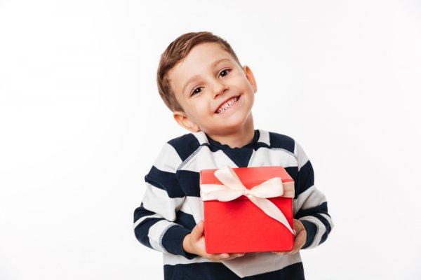 11 Hadiah Naik Kelas yang Membuat Si Kecil Tersenyum Bahagia