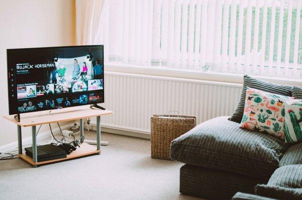 10 Rekomendasi Smart TV 4K Terbaik untuk Menemani Kamu Saat di Rumah Saja (2020)