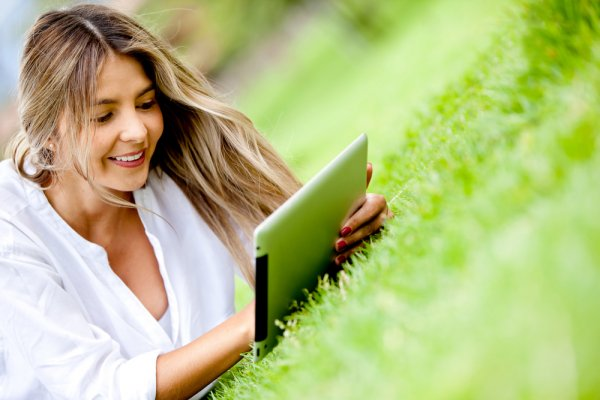 Tablet menjadi salah satu pilihan para profesional karena dianggap dapat menunjang kinerjanya lebih baik dari smartphone biasa namun lebih praktis daripada laptop. Namun, dengan perkembangan teknologi sekarang ini, Anda pasti akan memilih tablet dengan jaringan 4G LTE, bukan?