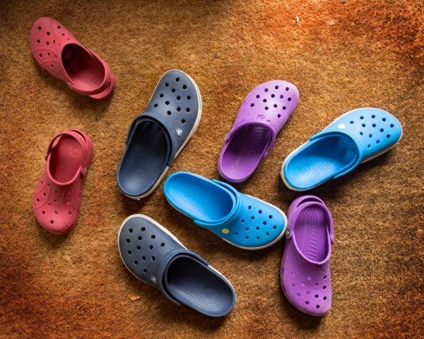 10 Pilihan Sandal Crocs Terbaru untuk Perjalanan yang Nyaman 1ecb4f1997