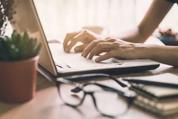 Meja Belajar Kayu yang Estetik dan Nyaman untuk Belajar Serta Bekerja (2020)