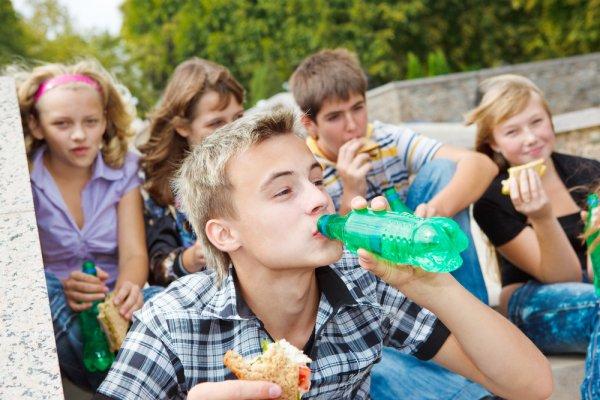 Jauhkan 9 Jenis Minuman Berbahaya Ini dari Buah Hati Kalau Anda Ingin Mereka Tetap Sehat dan Ceria!