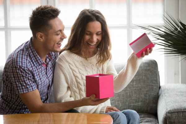 Make Your Girlfriend Fall for Your All Over Again: Awesome GF Birthday Gift Ideas (2020)