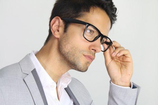 Gak Membosankan, Ini 10 Kacamata Baca Pria Modis untuk Jadi Pilihan!