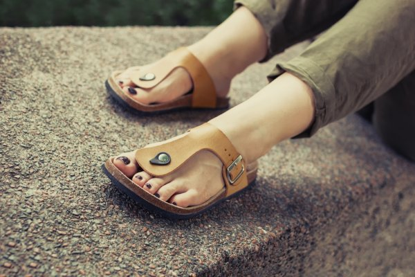 9+ Rekomendasi Sandal Kulit Terbaru untuk Acara Santai Maupun Semi Formal  Harian d3f5bff2d8