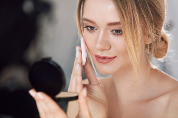 Wajah Kering Bukan Halangan untuk Tampil Cantik! Coba Saja 10 Pilihan Bedak dan Kosmetik untuk Kulit Kering dari BP-Guide Ini!