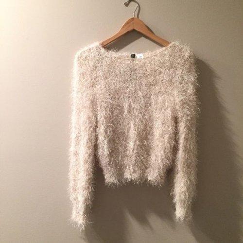 Tetap Keren dan Stylish di Musim Dingin dengan 6 Rekomendasi Sweater dan Kardigan Bulu yang Menawan