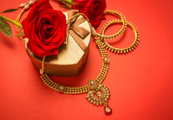 Gold Jewellery is Something Every Indian Wife Craves for: Check Out These 10 Elegant Gold Gifts for Wife and Make Her Day (2019)