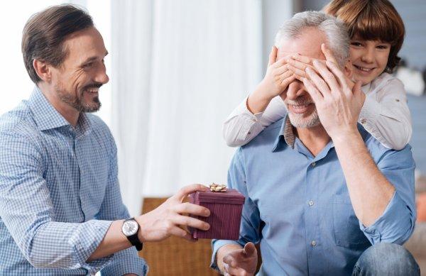 Ini Dia Rekomendasi 9 Oleh-oleh untuk Orang Tua yang Paling Dinanti dan Paling Berarti yang Bisa Kamu Bawa Pulang!