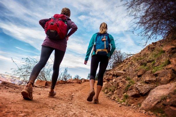 Siap Berpetualang di Alam? Yuk, Intip Tips dan 9 Rekomendasi Pakaian Hiking yang Tepat Berikut Ini,Girls!