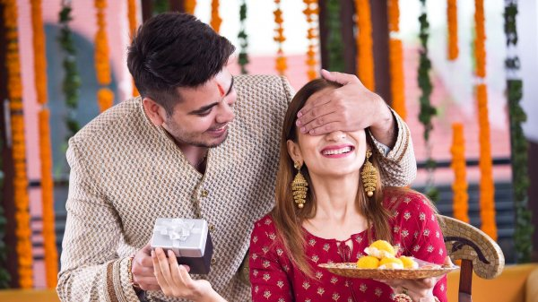 First Diwali with Your Wife? Shy Away from Old Sweet Boxes & Glassware and Ignite the Passion with these Unique First Diwali Gift Ideas for Wife (2021)