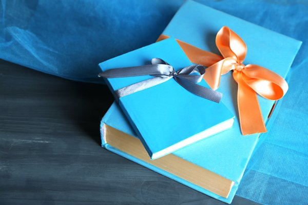 Supaya Tidak Biasa-Biasa Saja, Ini 9 Cara Membungkus Kado Buku Anda Agar Menarik