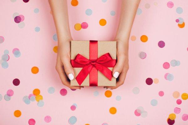 उपहार सभी को पसंद है परन्तु अच्छा गिफ्ट चुनना हर एक को नहीं आता। एक अच्छे और उचित उपहार का चयन कैसे करें, और हर अवसर के लिए शानदार उपहार खरीदने के टिप्स (2020)