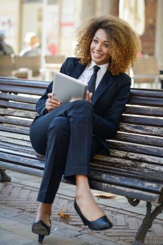 9 Pilihan Celana Kantor Trendi untuk Wanita Profesional