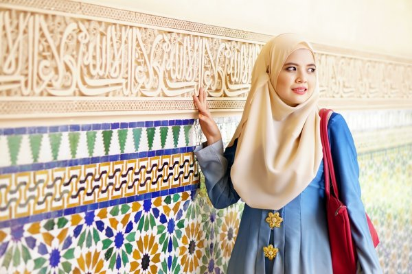 Mau Lebaran  Yuk Cek 9+ Model Baju Muslim Trendy untuk Wanita Berikut! 9c468833a1