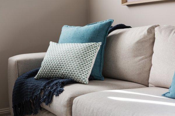 10 Rekomendasi Bantal Sofa Nyaman dan Menarik untuk Sofa Terbaikmu (2021)