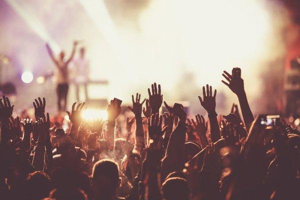 12 Aksesori Wajib Pakai Saat Nonton Konser, Dijamin Bikin Makin Kece!
