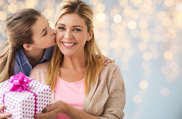 Hadiah Buat Ibu Tidak Melulu Berupa Barang, tetapi Ada Banyak Hal Lainnya juga, lho! Yuk, Simak 10 Rekomendasinya