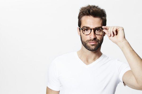 Buat Tampilanmu Makin Luar Biasa dengan 10 Kacamata Baca Pria yang Keren Ini