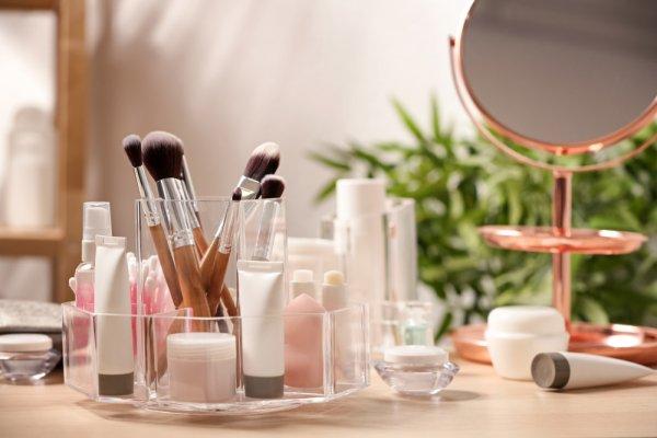 Inilah 10 Rekomendasi Makeup Organizer yang Cantik dan Membuat Meja Rias Anda Semakin Rapi