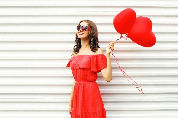 7 Model Gaun Merah Cantik yang Siap Membuat Penampilanmu Makin Cantik Layaknya Seleb Hollywood