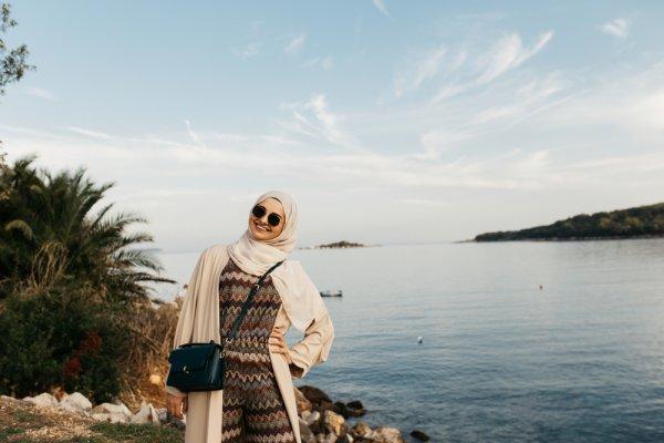 Berlibur di Pantai Tanpa Ribet dengan Style Hijab Simpel dan Chic, Cek Rekomendasinya Segera! (2020)