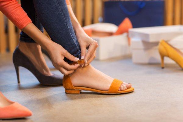 Ingin Tampil Santai tetapi Tetap Chic? Yuk, Padu Padankan Outfit dengan 10 Rekomendasi Sepatu Sandal Berikut Ini!