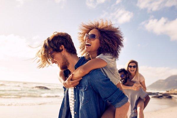 Yuk Cek 10 Pilihan Kacamata Pantai Terbaik Tahun Ini!