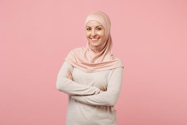 9 Rekomendasi Kaos Muslimah yang Bisa Kamu Kenakan Saat Ibadah ataupun Santai