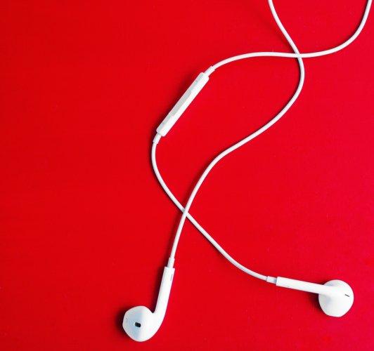 Ingin Mendengarkan Musik dengan Suara Jernih? Yuk, Cek 10 Rekomendasi Earpods di Sini!