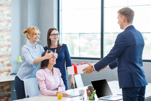 Make Your Employees Happy by Presenting Meaningful and Useful Corporate  Gifts to Them. Here are 10