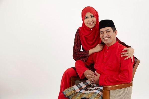 7 Model Baju Muslim Couple untuk Tampil Serasi di Mana Saja dan Kapan Saja