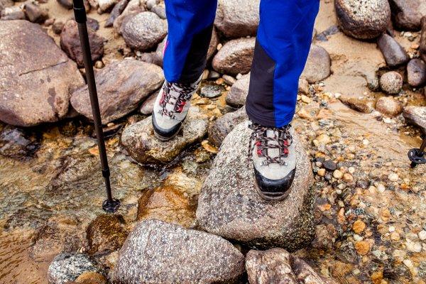 Aktivitas Tetap Lancar Saat Musim Hujan Tiba dengan 10 Rekomendasi Celana Jas Hujan yang Aman dan Nyaman Dipakai