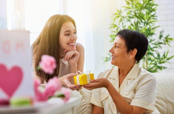 10 Ide Kado Buatan Sendiri untuk Ibu yang Akan Membuatnya Semakin Sayang kepada Anda