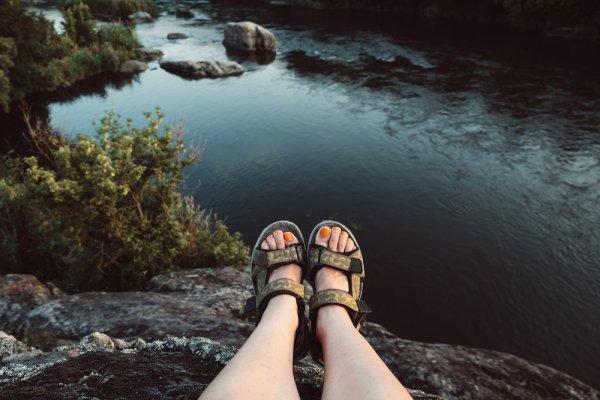 Tangguh dan Nyaman, 8 Rekomendasi Sandal Gunung Barnett sangat Cocok untuk Aktivitas Outdoormu