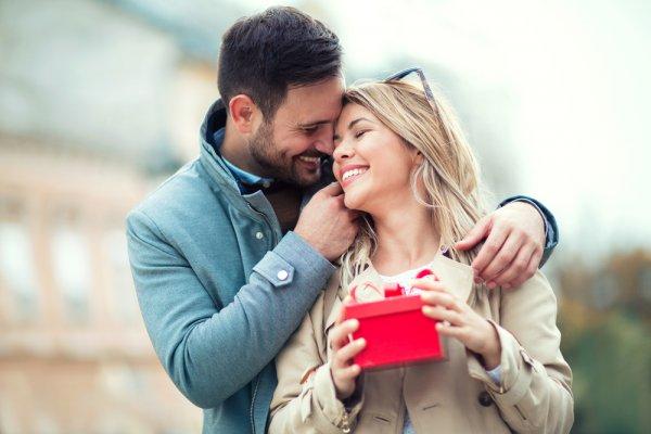 Jadikan Hubungan Makin Romantis dengan 7 Rekomendasi Hadiah Pernikahan Ulang Tahun Unik untuk Pasangan
