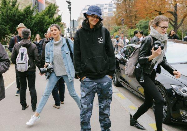 Bosan dengan Fashion Style yang Biasa? Cobalah Gaya Streetwear dengan 10 Rekomendasi Sweater dari Merek Stussy untuk Pria dan Wanita (2019)