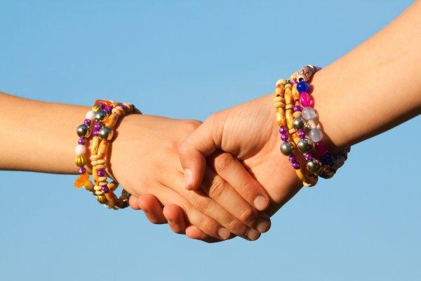 Best Friend Forever! Kompak Bersama Sahabat Dengan 10 Kreasi Gelang Persahabatan