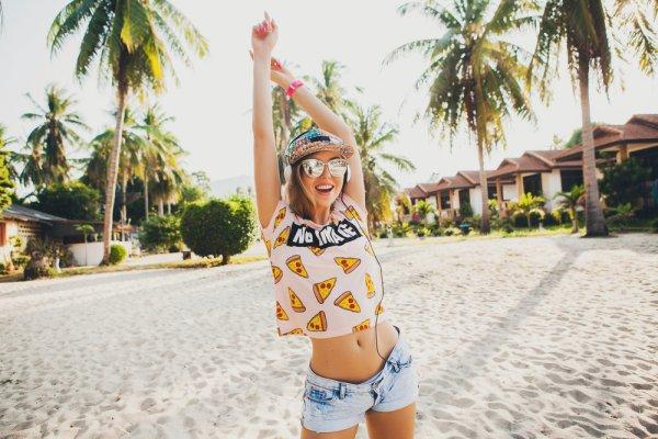 Jangan Sampai Salah Kostum! Ini 11 Item Fashion Pantai yang Wajib Dibawa Saat Liburan!