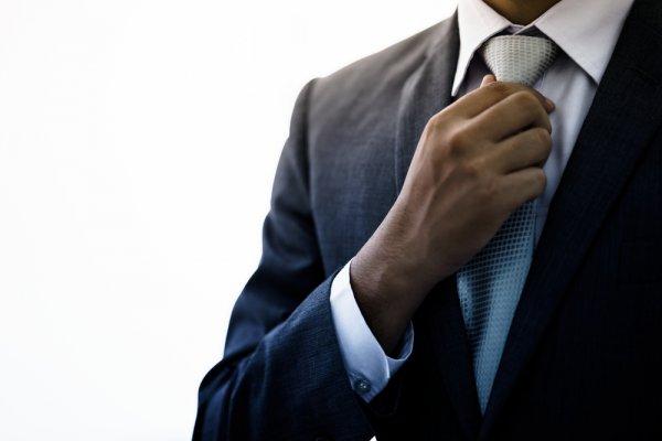 10 Rekomendasi Dasi Formal yang Cocok Dipadukan dengan Jas Hitam