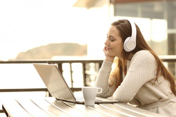 10 Headphone Bluetooth Murah dan Berkualitas untuk Laptop dan Komputer
